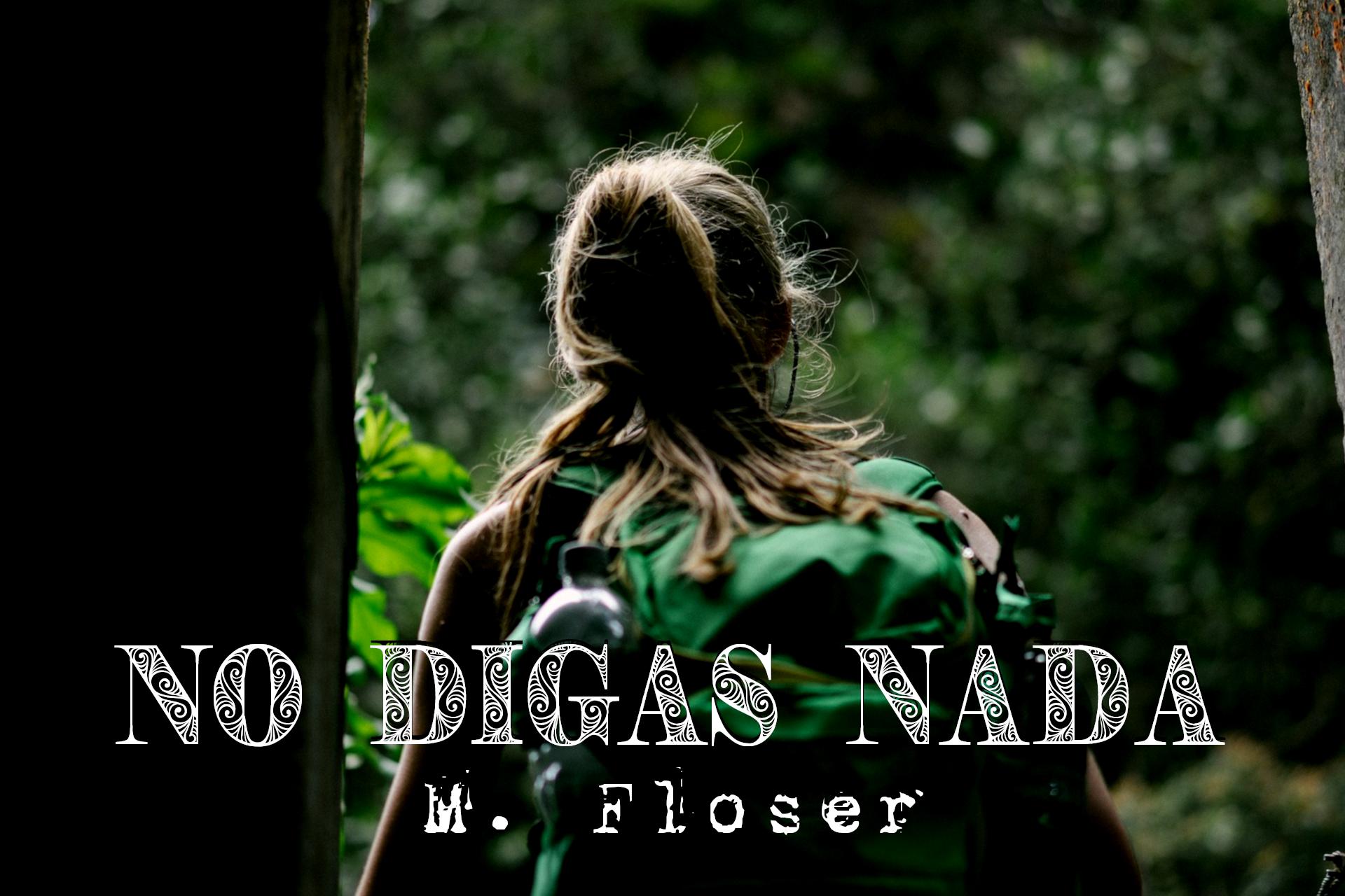 En la imagen se ve a una joven de espaldas, con una mochila verde a la espalda. De la mochila sobresale una botella de agua. Ella lleva el pelo recogido en una coleta y delante de ella se puede ver un bosque espeso.