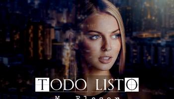 Mujer virando a través de la ventana. En el cristal se refleja la ciudad nocturna iluminada.