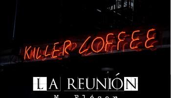 """Exterior, noche. Vemos desde fuera un local, es una cafetería, el nombre del negocio está escrito en neones iluminados de rojo. El local se llama """"Killer Coffee"""". El título de este relato es: La reunión."""