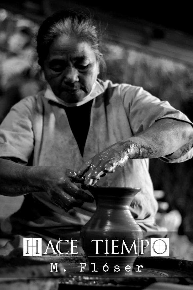 Mujer asiática haciendo un jarrón de arcilla. El relato se titula: Hace tiempo.