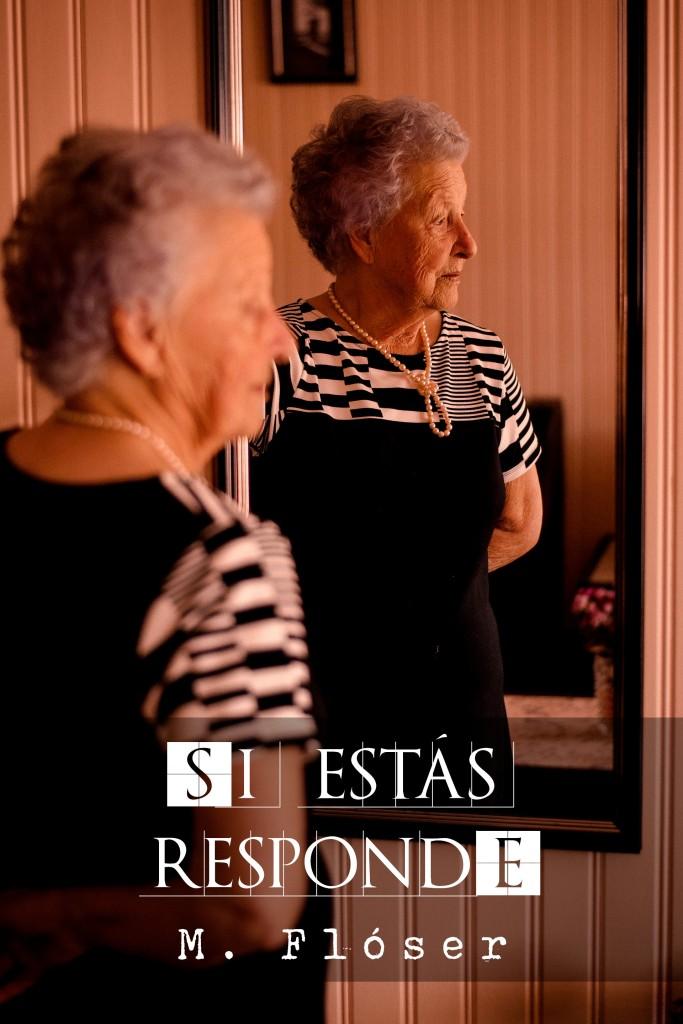 """En la imagen vemos a una anciana frente a un espejo, pero no se está mirando, mira hacia la derecha de la imagen, algo fuera de plano. La mujer tiene el pelo cardado y debe tener unos ochenta años. El título del relato es """"Si estás, responde""""."""