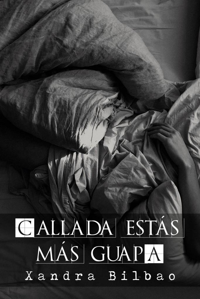 """Una persona en la cama, solo le vemos la mano, parece una mujer. La foto es en blanco y negro y las sábanas están revueltas. El relato se titula """"Callada estás más guapa"""" y está escrito por Xandra Bilbao."""