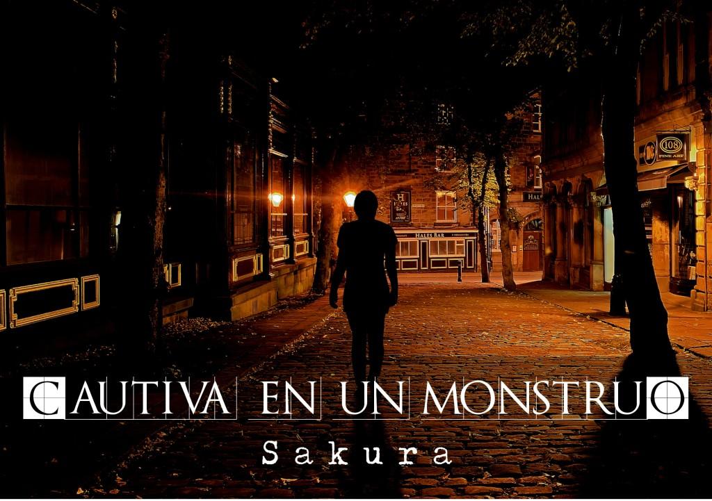 """Estamos en una calle con el suelo adoquinado, es de noche y las farolas iluminan el paisaje. La calle parece desierta a excepción de una mujer que no distinguimos, solo vemos su silueta alejándose de la cámara. El relato se titula """"Cautiva en un monstruo"""" y está escrito por Sakura."""