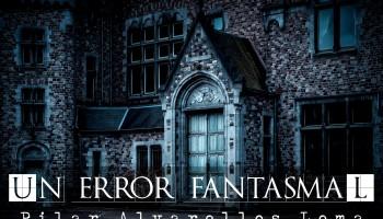 """Nos situamos delante de la puerta principal de un castillo o una mansión. Parece vacío y el color de la foto, azulado, le ha un aspecto fantasmal. El relato se titula """"Error fantasmal"""" y está escrito por Pilar Alvarellos Lema."""