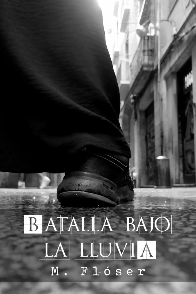 """En la foto vemos en primer plano un pie desde atrás, calzado con unas deportivas negras. La pierna viste algo parecido a un pantalón de campana o una falda. El suelo está encharcado y de fondo vemos una calle bajo la lluvia. El relato se titula: """"Batalla bajo la lluvia""""."""