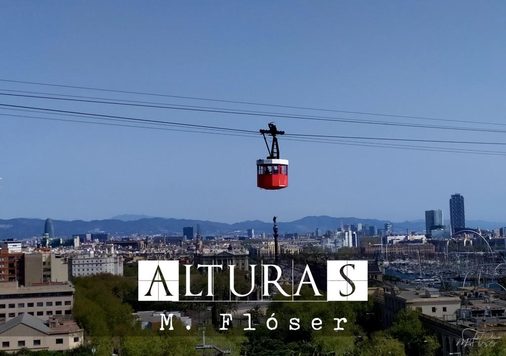 Tenemos una vista panorámica de la ciudad de Barcelona, con sus edificios bajos, algunos altos de fondo y las montañas en el horizonte. En el centro de la foto vemos un teleférico colgado de sus cables, bajo éste hay árboles. El cielo está despejado. El relato se titula: Alturas.